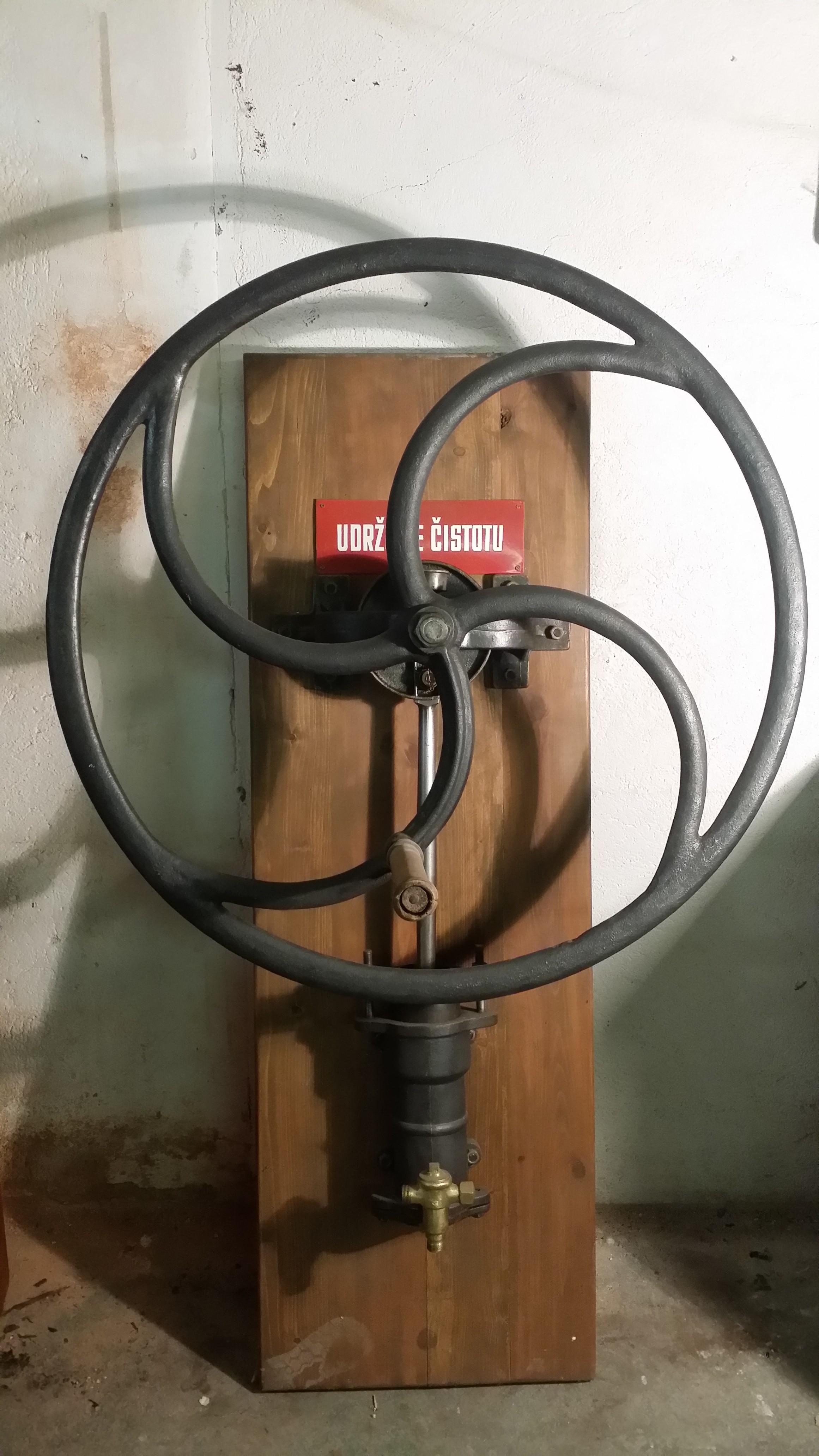 Ruční železné vzdušní čerpadlo s kolem - tlakostroj