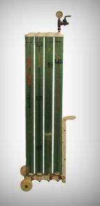 Hradící přístroj s vodním sloupcem v za sebou propojených trubicích. Napouštěním vody lze nastavit hradící tlak dle rysek na trubicích a není potřeba 4 m vysoká roura jako v článku